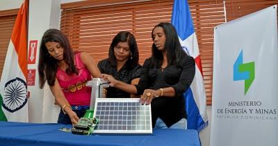 Ministerio de Energía y Minas reconoce valentía de tres madres rurales que viajaron a la India para cambiar el futuro de sus comunidades