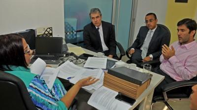 Ejecutivos de Falcondo visitan Ministerio de Energía y Minas