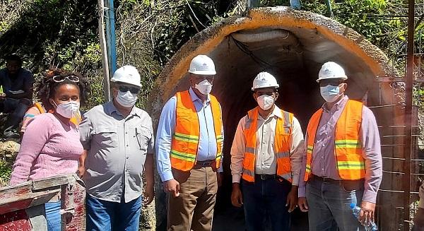 Almonte y técnicos del MEM visitan minas de larimar y carbonato de calcio